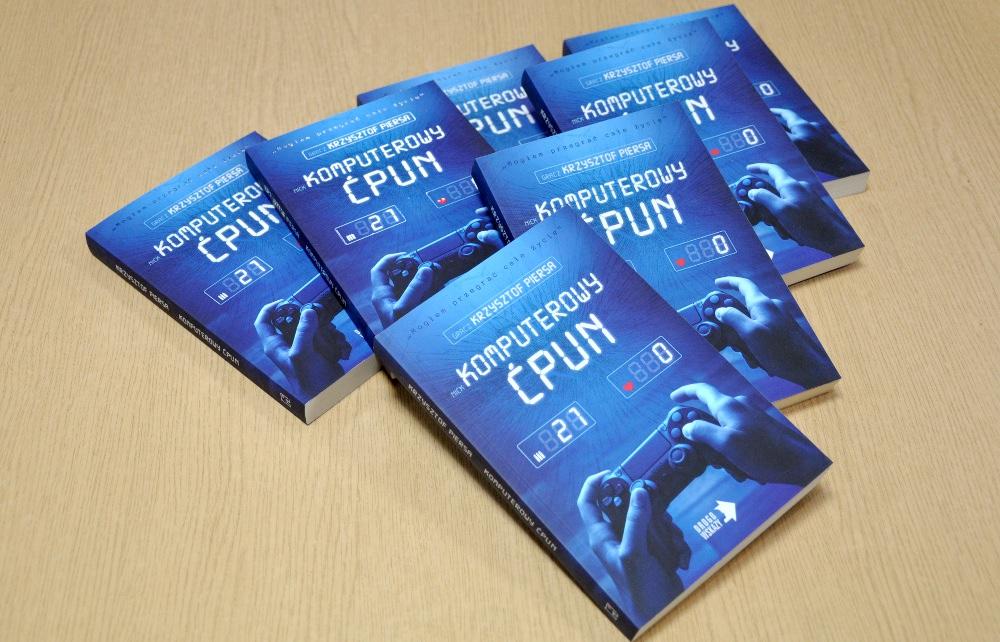 """Książka Krzysztofa Piersy """"Komputerowy ćpun"""" jest dostępna do wypożyczenia w naszych bibliotekach"""