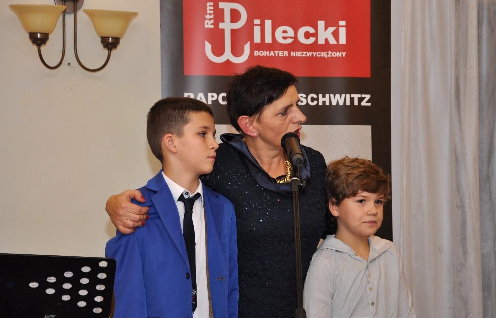 Zwycięzcy konkursu plastycznego w towarzystwie Małgorzaty Kupiszewskiej