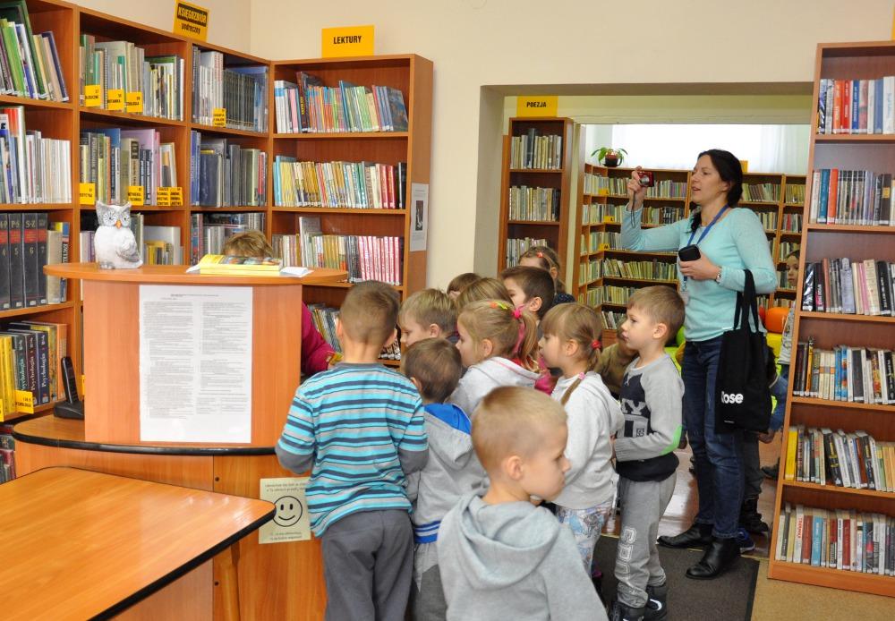 """Krótka lekcja biblioteczna po """"Czytaniu na dywanie"""" z udziałem klasy 0 A z Glinianki"""